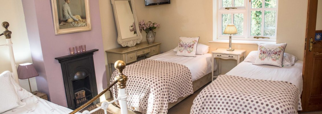 Hen suite with double bed and 2 single beds with en-suite